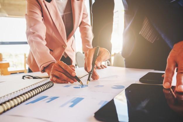 Realização do pró-labore e distribuição de lucros de uma empresa.
